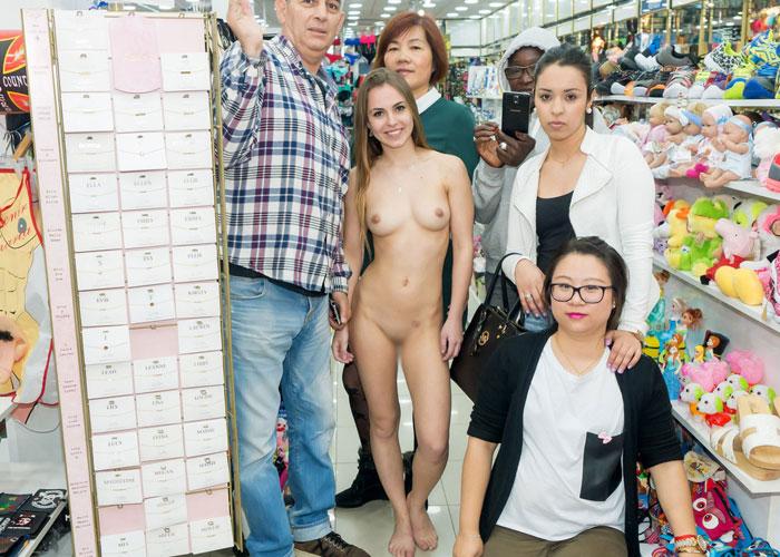 【露出エロ画像】裸なのに当たり前のようにいる!?露出好きな外人さんたち(;゚Д゚)