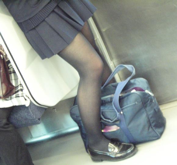 電車内で立ってる女性のエロ画像