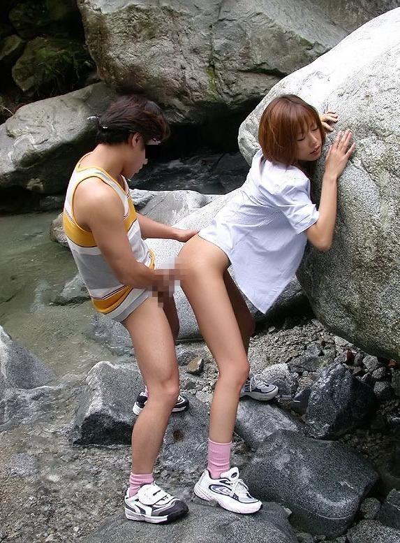 【性交エロ画像】汁で服が汚れる覚悟は?着衣のままでハメてる方々(;・∀・)