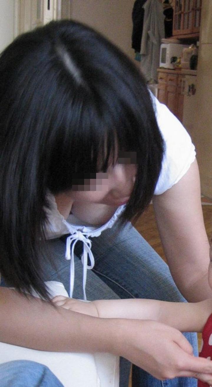 【胸チラエロ画像】そのまま先まで見せてもらえる?とある誰かの胸元チラリ(;´Д`)