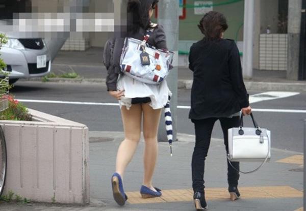 【パンチラエロ画像】軽いスカートならパンツ見えるまで捲り上げる風の偉大さ(;´Д`)