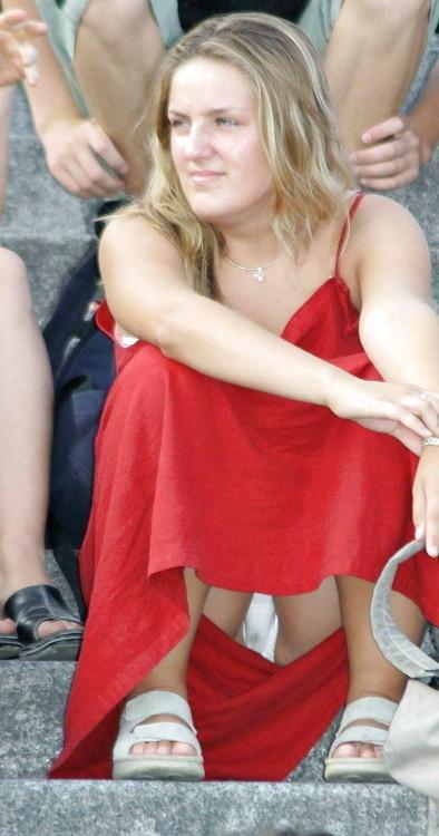 【パンチラエロ画像】見せ過ぎで食い込みもヤバい外人さんの座りパンチラ!(*´Д`)