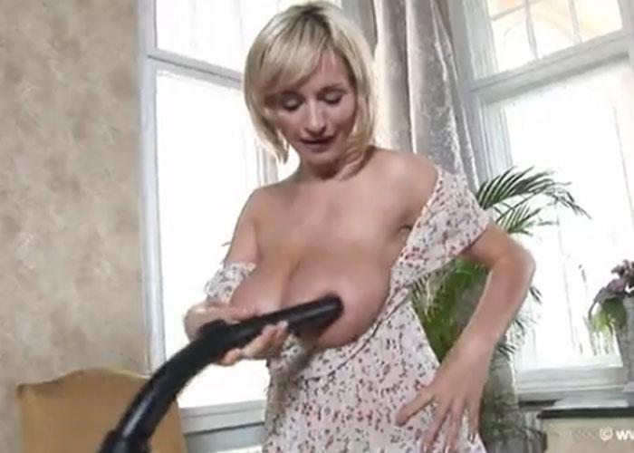 【エロ動画】マダムがご乱心!?デカパイを掃除機で吸うのに夢中(;゚∀゚)=3
