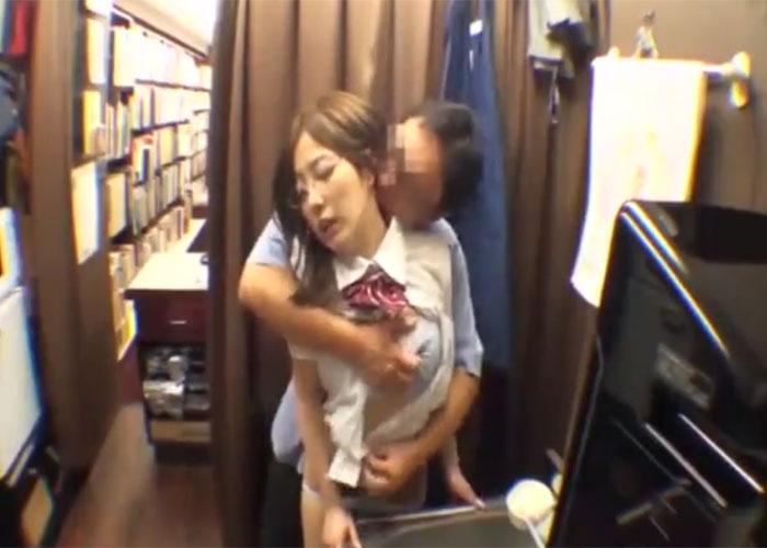 【エロ動画】バイト先の店長に媚薬盛られて店内でヤられるめがねJK!(;゚∀゚)=3 01