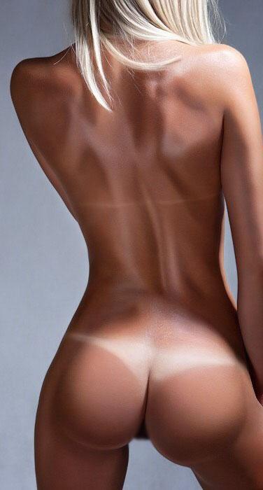 【日焼けエロ画像】履いてるかと思ったらビキニの日焼けあとだったデカ尻!(;´Д`)