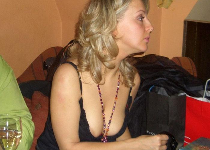 【胸チラエロ画像】誘ってなくても乳頭まで余裕な外人さんの胸元チラリ(;´∀`)
