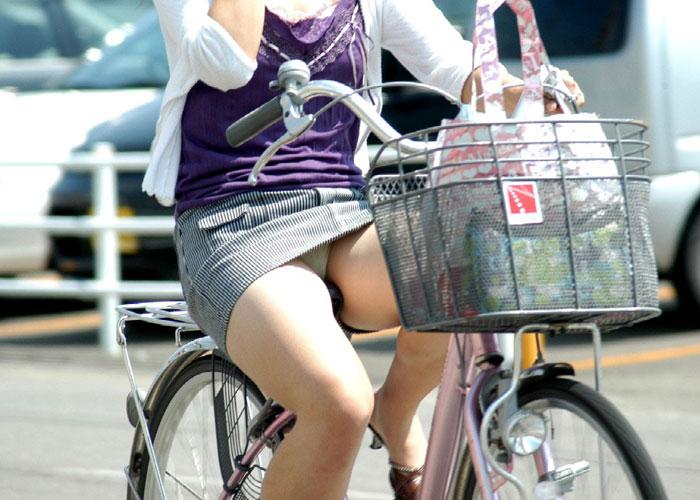 【パンチラエロ画像】すれ違うその一瞬を焼き付ける!自転車搭乗中なミニスカ女子(;´Д`)