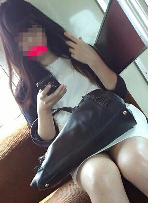 【パンチラエロ画像】毎日乗りながら待ってる…電車でパンチラするお姉さん達(;´Д`)