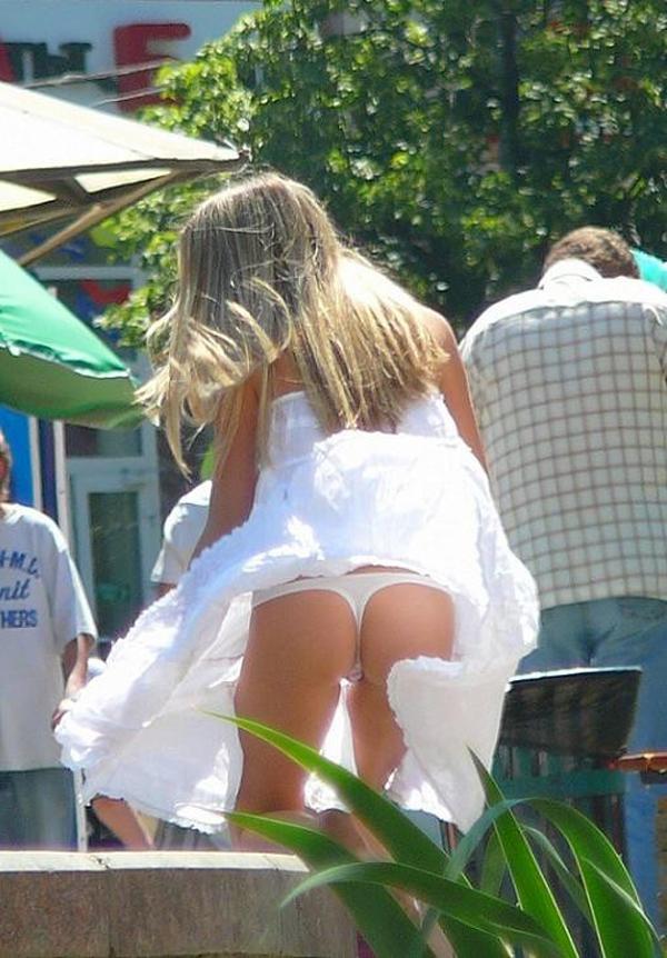 【パンチラエロ画像】イイ一吹き待ってますw風にスカート捲られ出たホヤホヤの下着姿(;´Д`)