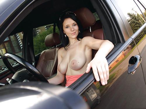 【露出エロ画像】運転は中断すべきw停まって見よう車内の隣で脱ぐお姉さん(;´Д`)