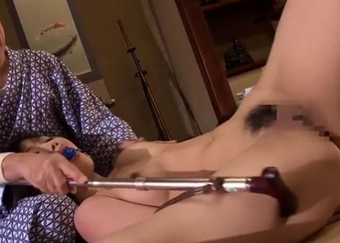 【エロ動画】ノリノリだなこの爺…(;^ω^)監禁され杖攻撃に沈んだ若妻
