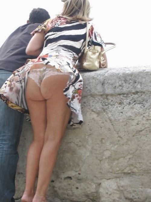 【パンチラエロ画像】見えたら絶対忘れないwミニに隠れたTバック尻が出た瞬間!(;゚Д゚)