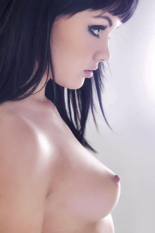 【美乳エロ画像】性格が出ている!?大変に前向きに尖った絶品おっぱい(*´д`*)
