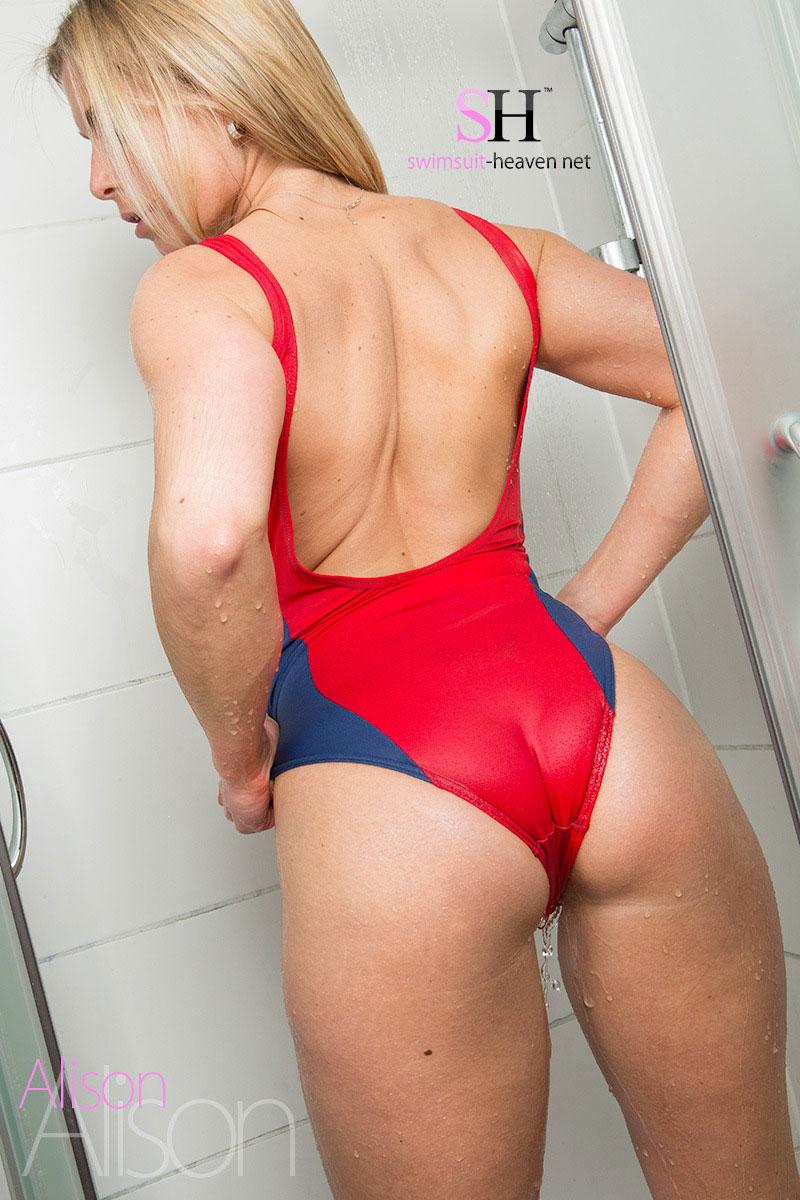 【水着エロ画像】食い込み絶好調!尻もよく出た競泳水着姿の外人さん(;´Д`)