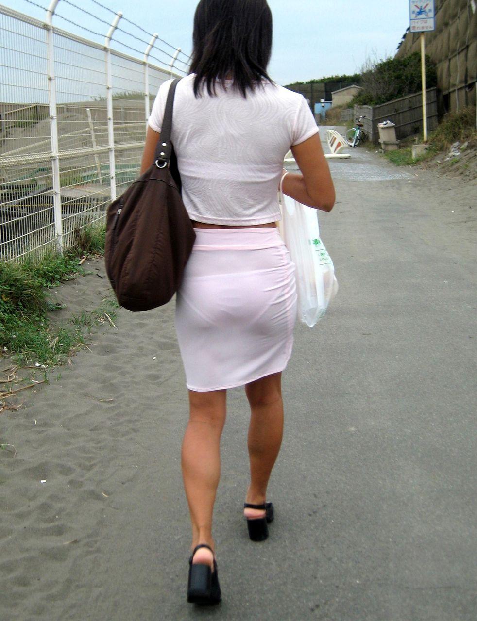 【透けブラエロ画像】まだ薄着多いから確認可能w街角女性のブラ確認(*´д`*)