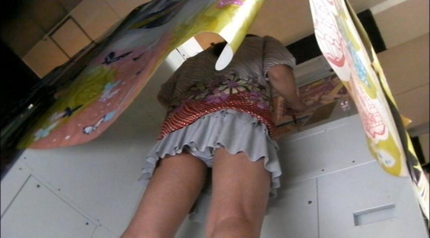 【パンチラエロ画像】根性よりも見上げたいw斜め下からミニスカ内部を覗き撮り(*´Д`)
