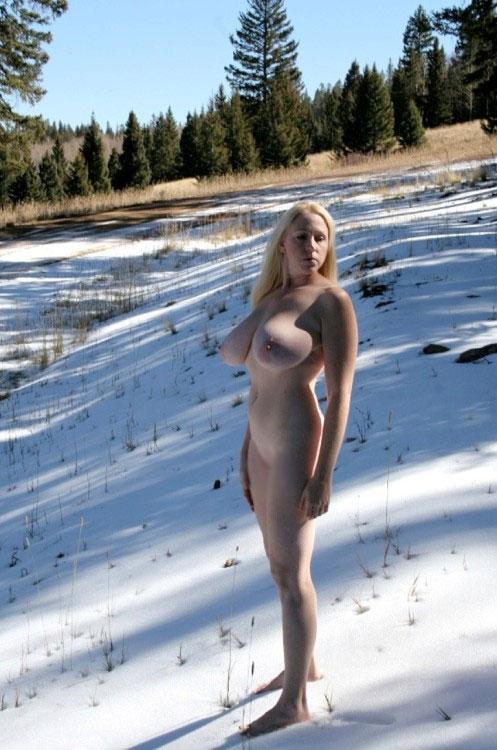 【露出エロ画像】残暑見舞いを体張ってしてくれた雪中露出する痴女(;゚Д゚)