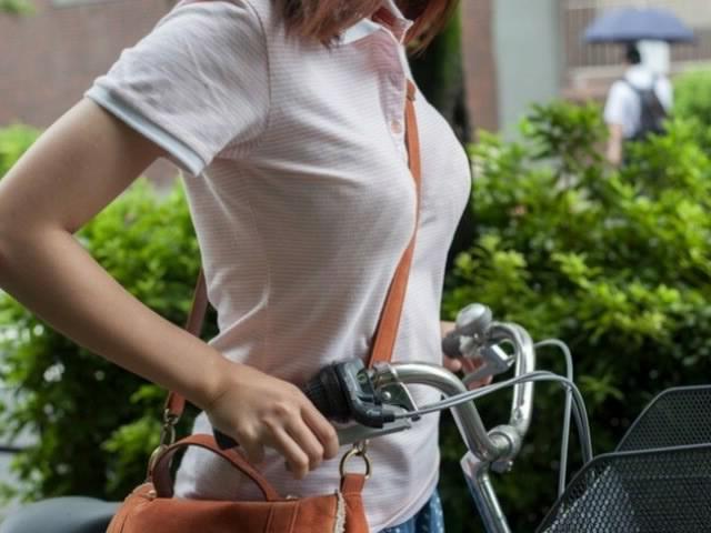 【着胸エロ画像】たすき掛けで大きく見せて魅了中w街角パイスラお姉さん(;・∀・)