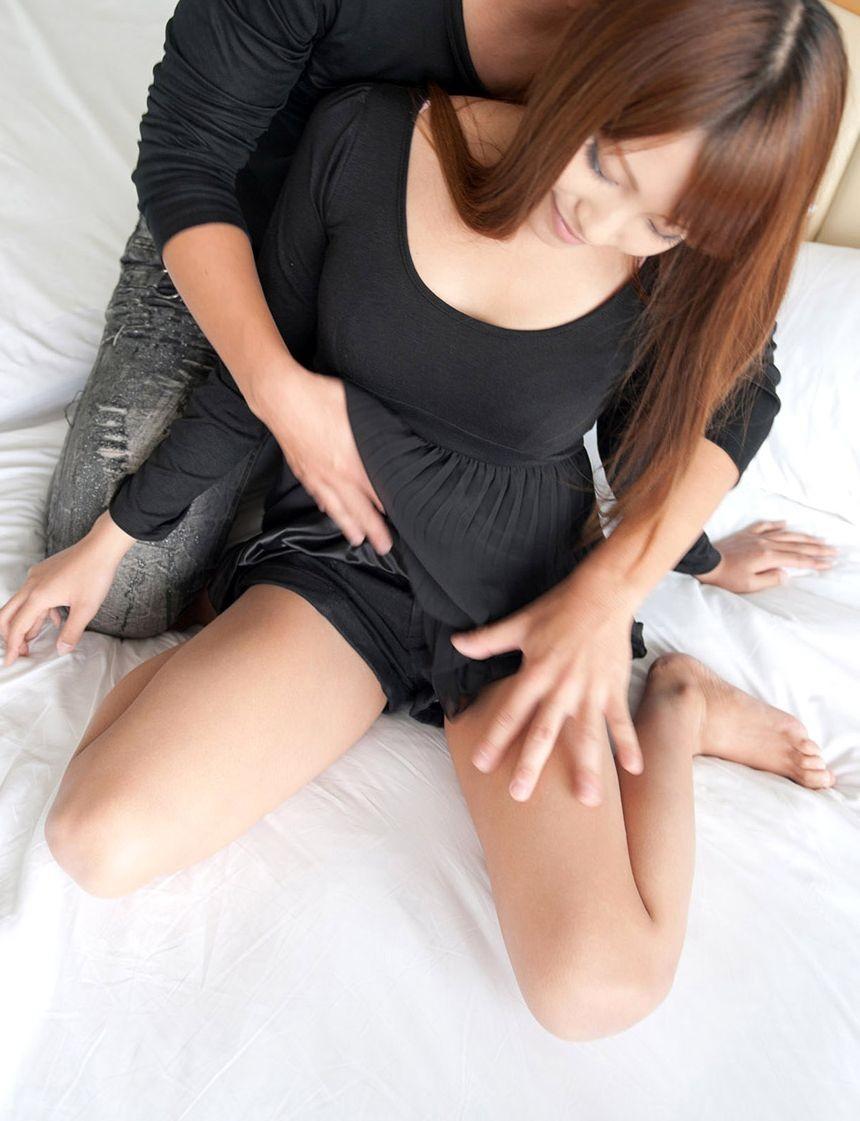 【愛撫エロ画像】後ろから女に抱き着いて乳揉みワレメ弄りが最高!(;´Д`)