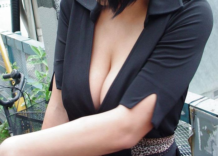 【谷間エロ画像】この攻撃的な胸元は!谷間出したまま街行く巨乳お姉さんたち(*´Д`)