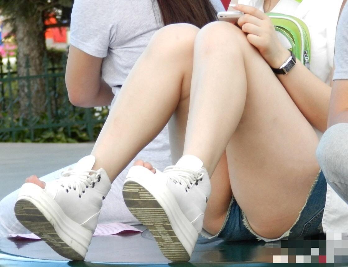 【美脚エロ画像】そろそろ生脚も見納めだからムチムチショーパン美脚撮り!(;´∀`)