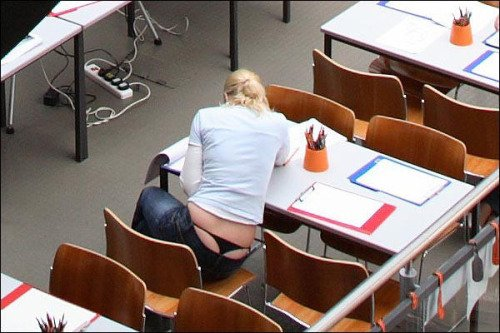 【ローライズエロ画像】故意ならガン見OK!ローライズの腰部からハミ下着(;´∀`)