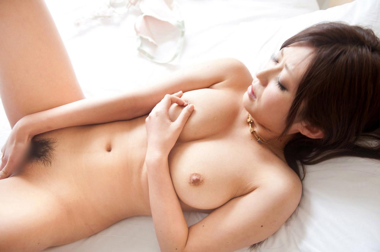 【オナニーエロ画像】床やシーツに零さないようにw全裸でオナるお姉さんたち(*´Д`)