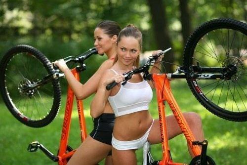【海外エロ画像】いっそ脱いで乗ってもいいのにwスタイル抜群な自転車乗り!(;´Д`)