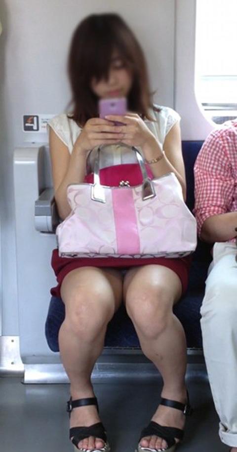 【パンチラエロ画像】対面に座ってくれたら見えるまであと少し!電車パンチラ(*´Д`)