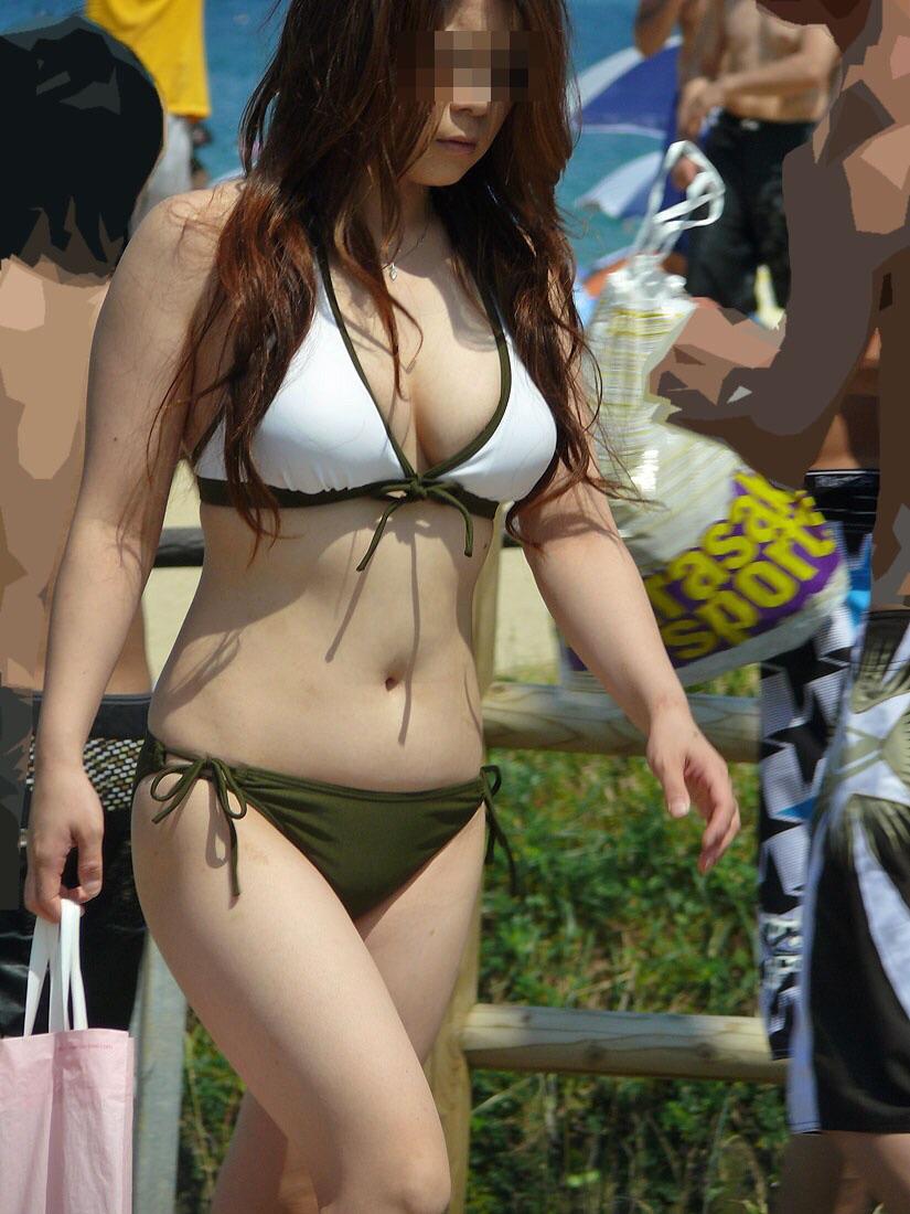【水着エロ画像】ポロリもお願い!悩ましいビキニ巨乳なビーチのギャル!(;´∀`)