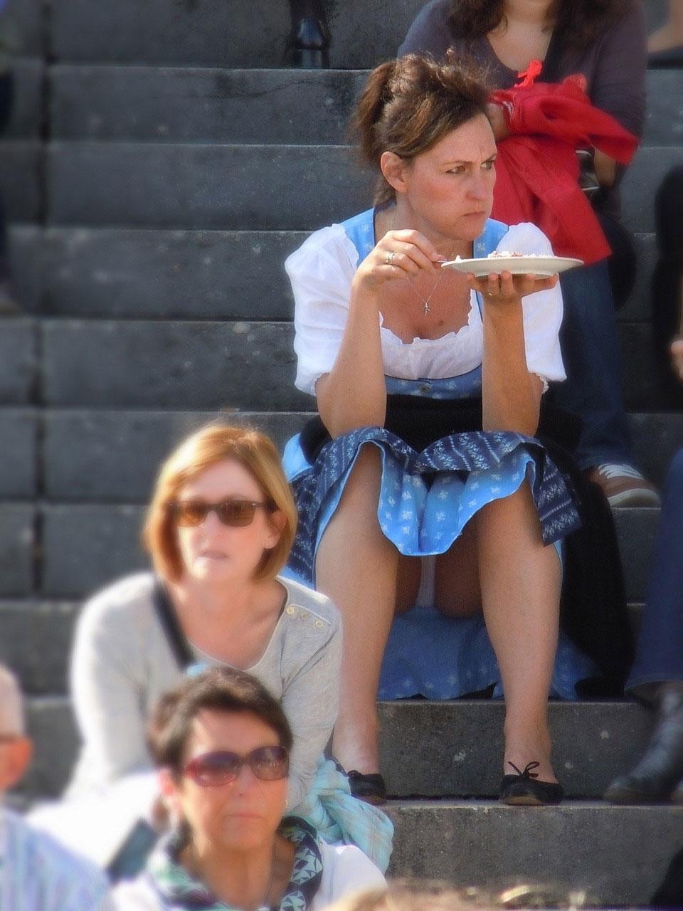 【パンチラエロ画像】余裕で見るばかりでなくw食い込みも露わな海外パンチラ(;゚Д゚)
