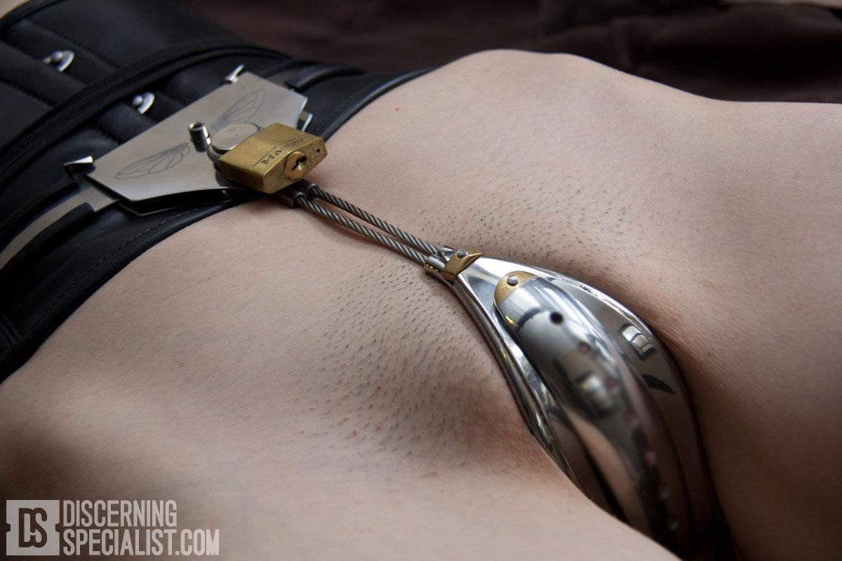 【SMエロ画像】自由にエッチできない恐怖…鉄壁の貞操帯を履いたM女たち(*´д`*)