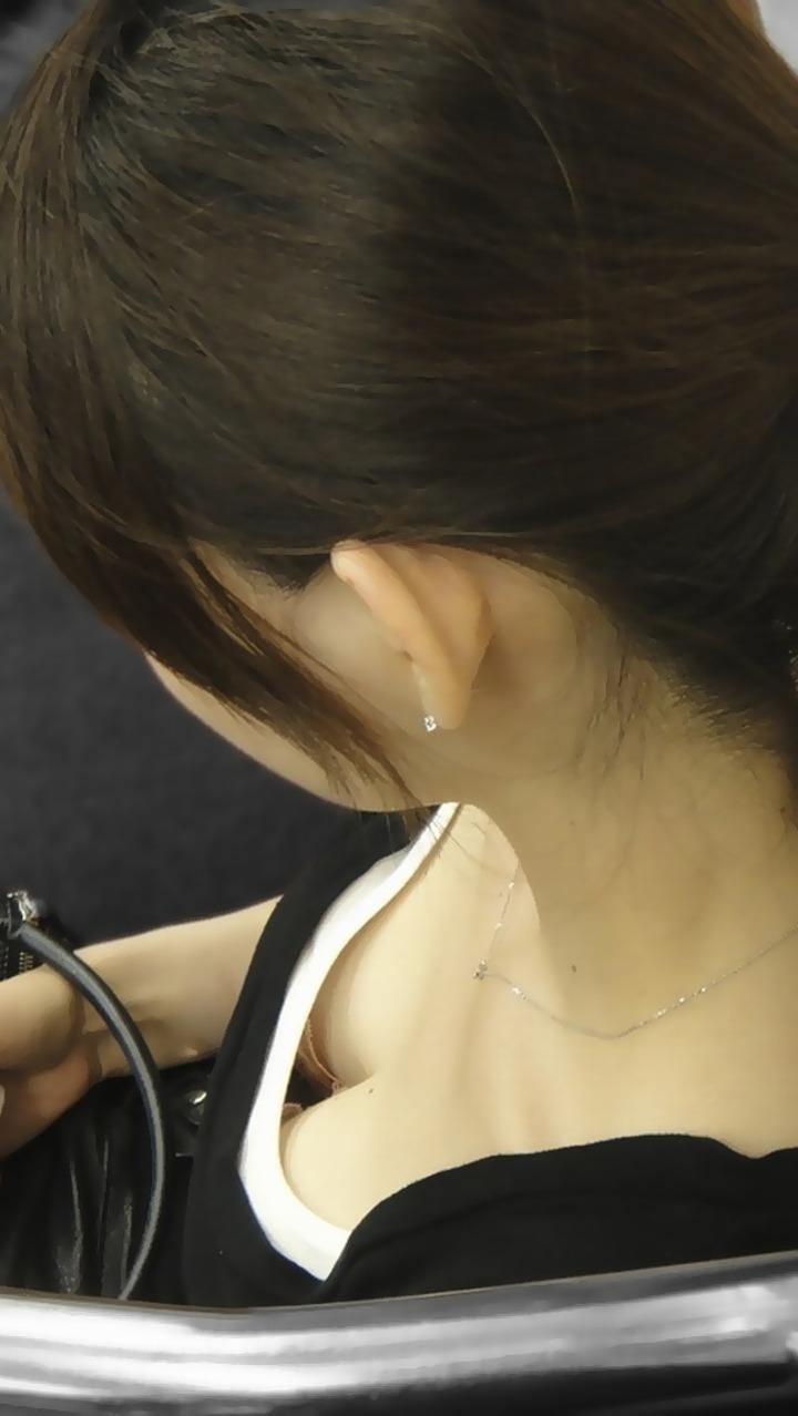 【胸チラエロ画像】開き過ぎですよ!今にもおっぱい零れそうなご婦人たちの胸元(;´Д`)