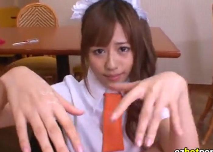 【エロ動画】VRで堪能したい!激カワウェイトレスが見つめながら手コキ責め(*゚∀゚)=3 02