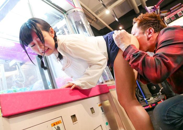 【エロ動画】ゲーセン内でケツ丸出しにされて潮吹き強いられる美少女!(*゚∀゚)=3 01