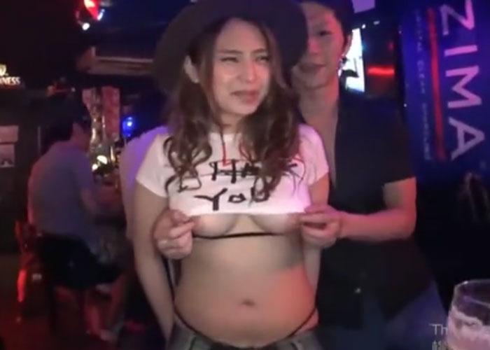 【エロ動画】クラブ内で堂々とハメまでやらかす巨乳ギャル!(*゚∀゚)=3