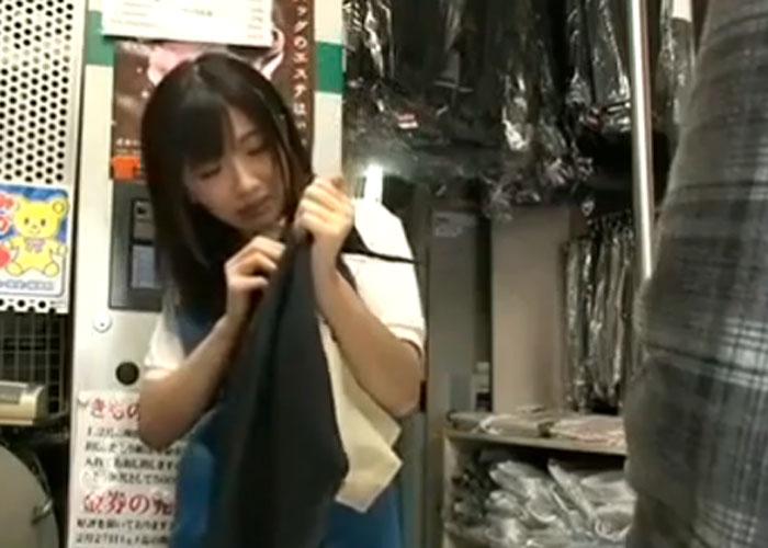 【エロ動画】クリーニング屋の看板娘に精子付きズボンで誘惑!(*゚∀゚)=3 01