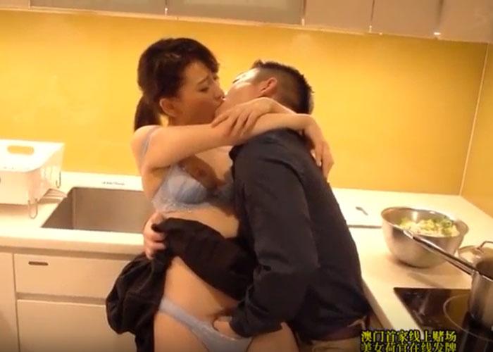 【エロ動画】料理中の女の子を邪魔してイチャコラからの濃密セックス!(;゚∀゚)=3