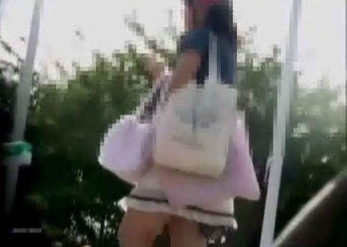 【エロ動画】昼下がりに呑気に座り込んでパンチラかますニーハイ女子を監視!(*゚∀゚)=3 01