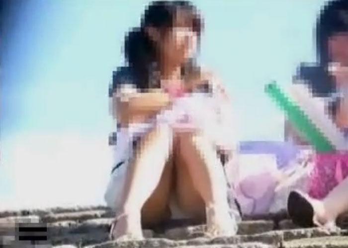 【エロ動画】昼下がりに呑気に座り込んでパンチラかますニーハイ女子を監視!(*゚∀゚)=3 02