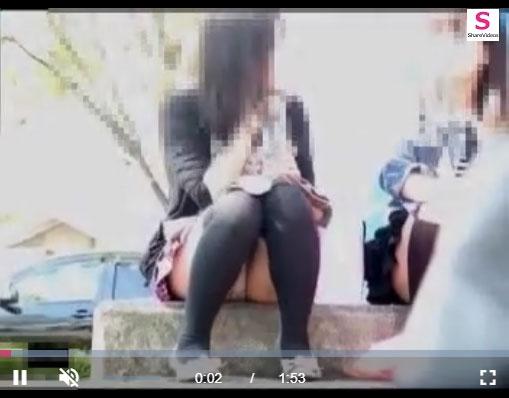 【エロ動画】昼下がりに呑気に座り込んでパンチラかますニーハイ女子を監視!(*゚∀゚)=3 03