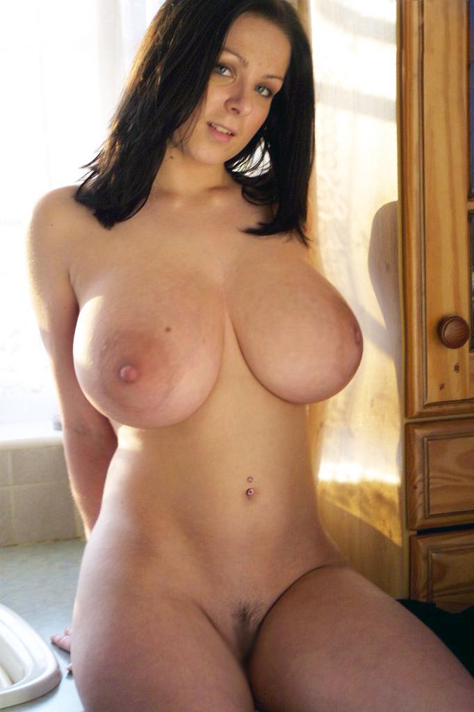 【巨乳輪エロ画像】口に含むのは大変w乳房とともにデカすぎな乳輪(:.;゚;Д;゚;.:)