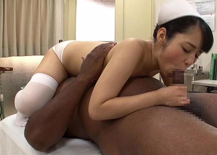 【エロ動画】悩める黒人患者の巨根を体を張って癒す有能ナース!(;゚∀゚)=3 01