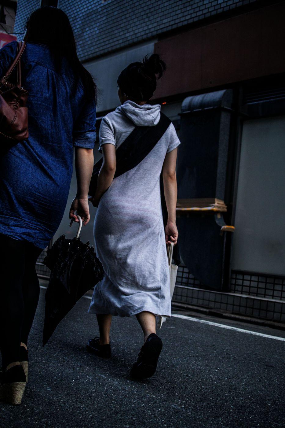 【着尻エロ画像】本人達は無自覚でもないwタイトなお尻に下着が浮く(;^ω^)