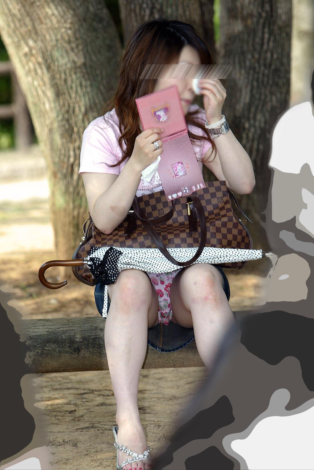 【パンチラエロ画像】腰掛けたミニスカは要チェック!見逃せない座りチラ(;´∀`)