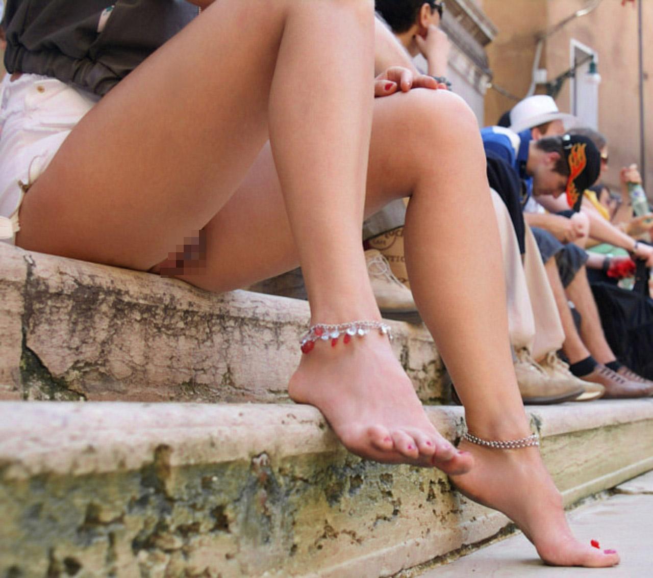 【ノーパンエロ画像】寝惚けも一瞬で冴えるw履いてなかった外人さん達(;゚Д゚)