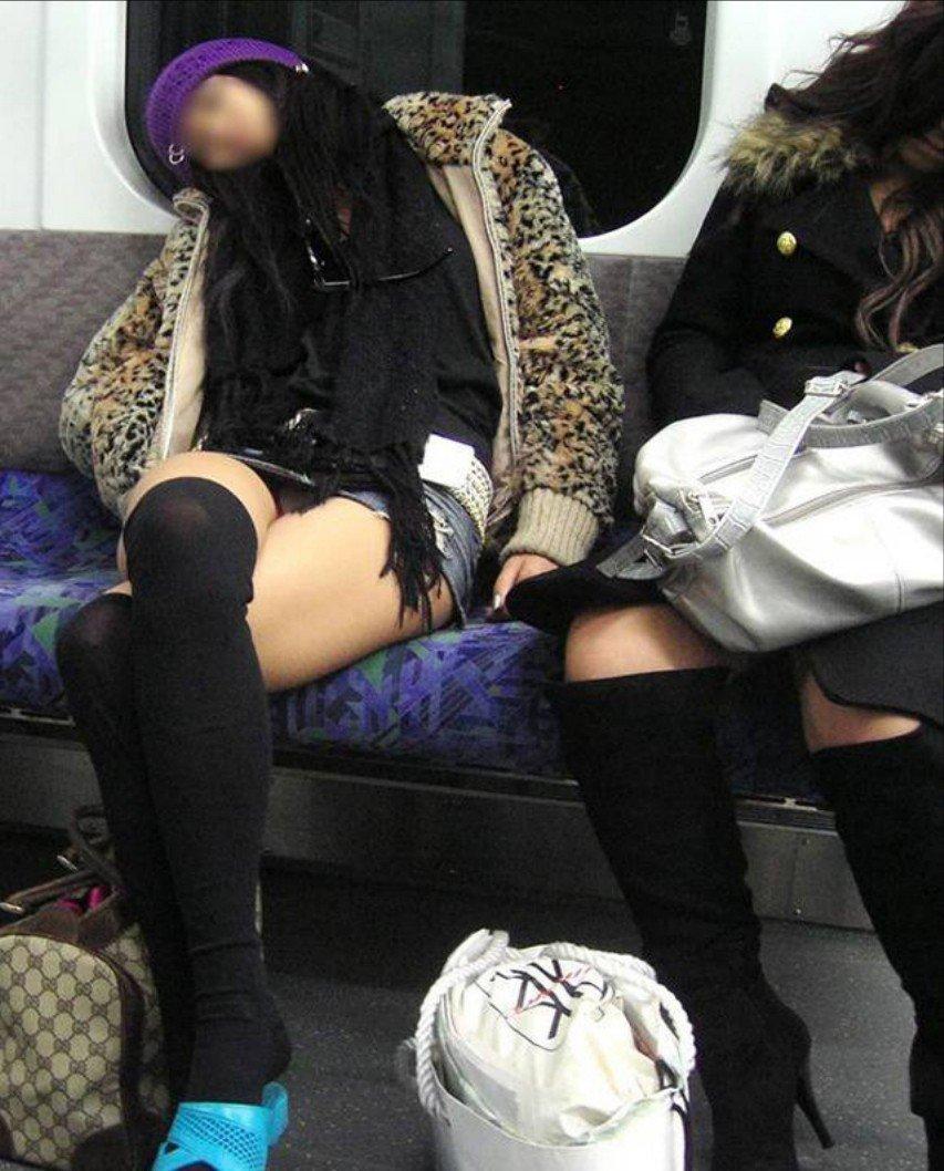 【パンチラエロ画像】見とれていたら目的地w時間も忘れる電車対面パンチラ(;´∀`)