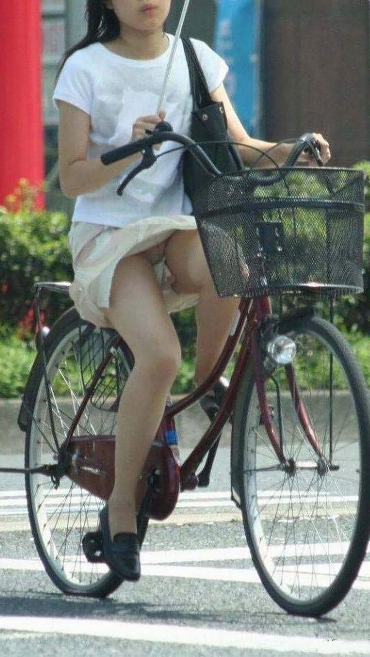 【パンチラエロ画像】若い人はミニスカでチャリにもっと乗るべき(;^ω^)