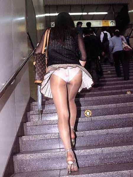 【パンチラエロ画像】突進したい気持ちを堪えつつローアングルで下着を激写!(;´Д`)