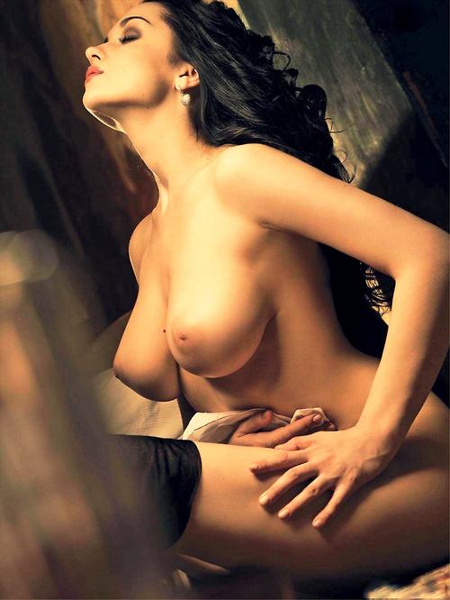 【乳頭エロ画像】愛撫頑張れば出て来るかな?巨乳だけど陥没した乳首(;・∀・)